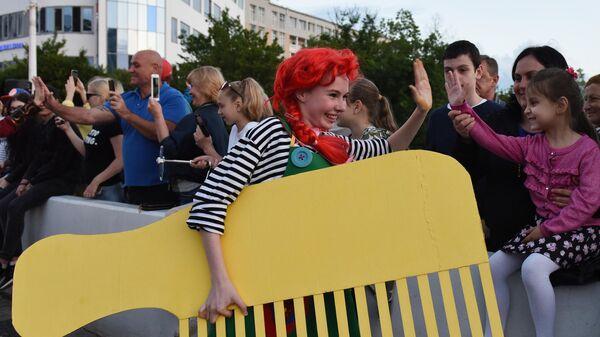 Участница и гости карнавала в Сочи в честь официального открытия курортного сезон
