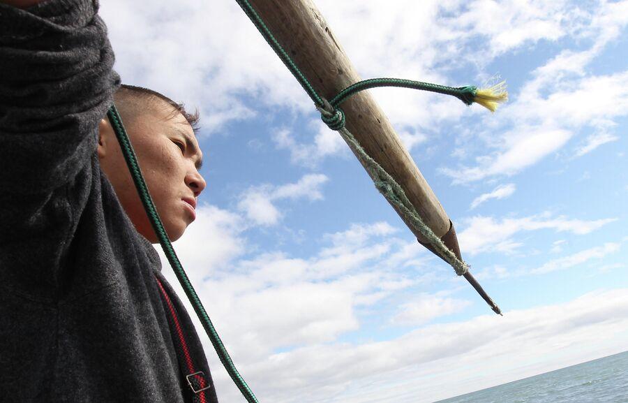 Охотник заносит гарпун во время охоты на моржей в Чукотском море