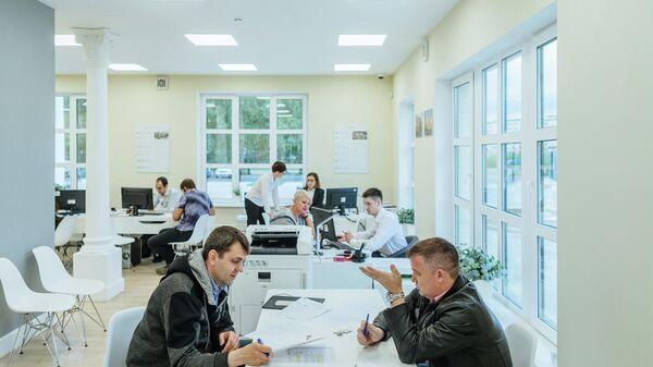 Дольщики Urban Group в офисе продаж ЖК Видный город