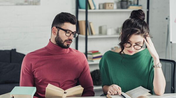 Мужчина и женщина за чтением