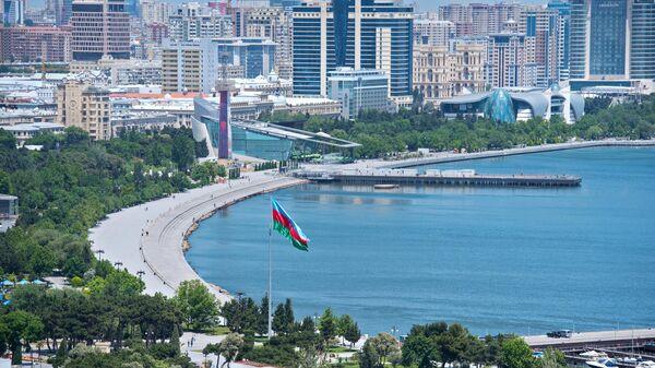 Бакинский бульвар на набережной Бакинской бухты в Баку