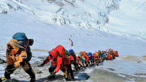 Очередь из альпинистов на Эвересте