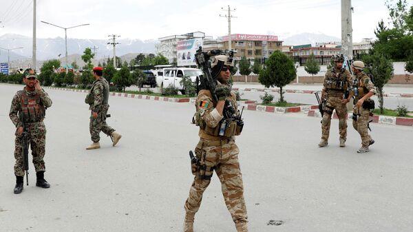 Афганские военнослужащие на месте взрыва в Кабуле. 30 мая 2019
