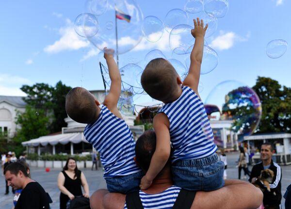 Участники парада близнецов в городе Ялта в Крыму