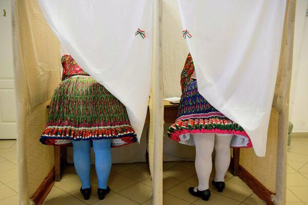 Женщины в народных костюмах во время голосования на избирательном участке в Венгрии