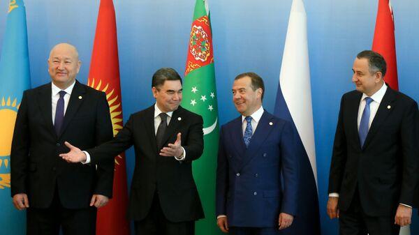 Дмитрий Медведев на церемонии совместного фотографирования глав делегаций, принимающих участие в заседании Совета глав правительств СНГ в Ашхабаде. 31 мая 2019