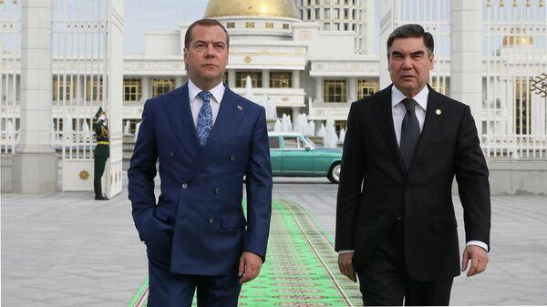Председатель правительства РФ Дмитрий Медведев и президент Туркменистана Гурбангулы Бердымухамедов во время прогулки по Ашхабаду перед заседанием Совета глав правительств СНГ. 31 мая 2019