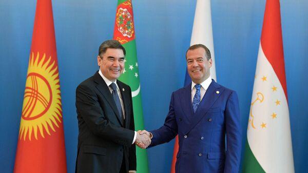 Дмитрий Медведев и президент Туркменистана Гурбангулы Бердымухамедов на церемонии встречи глав делегаций, принимающих участие в заседании Совета глав правительств СНГ. 31 мая 2019
