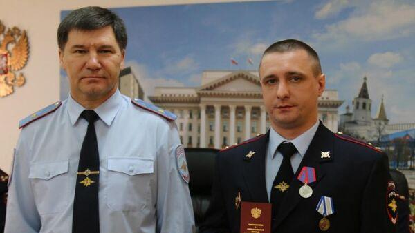 Старший участковый Владимир Дробот (справа) на вручении медали