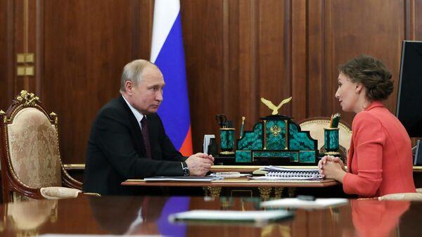 Президент РФ Владимир Путин и уполномоченный при президенте РФ по правам ребенка Анна Кузнецова во время встречи. 31 мая 2019