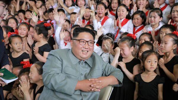 Лидер КНДР Ким Чен Ыном во время посещения Дворца школьников Путь учебы в 1000 ли. 1 июня 2019