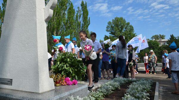 Жители ЛНР возлагают цветы к памятнику Погибшим детям Луганщины в Луганске. 1 июня 2019