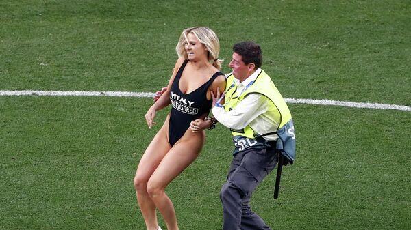 Выбежавшая на поле девушка в финале Лиги чемпионов