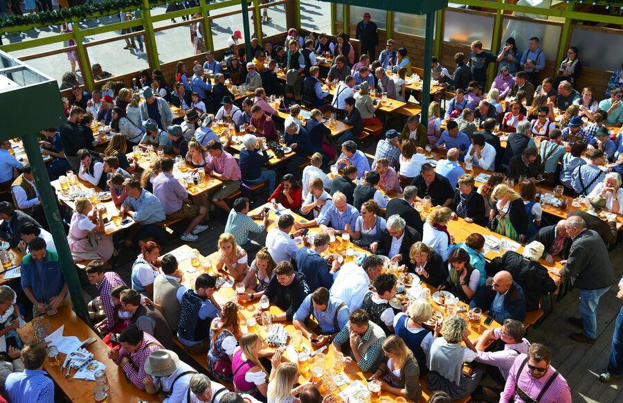 Посетители на открытии традиционного пивного фестиваля Октоберфест в Мюнхене