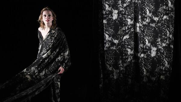 Актриса Аурелия Тьере в сцене из спектакля Колокольчики и заклинания