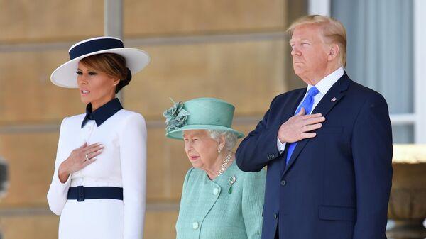 Британская королева Елизавета II и президент США Дональд Трамп с супругой Меланьей в Букингемском дворце в Лондоне. 3 июня 2019