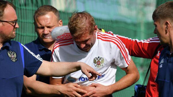 Медики оказывают помощь игроку сборной России Юрию Газинскому