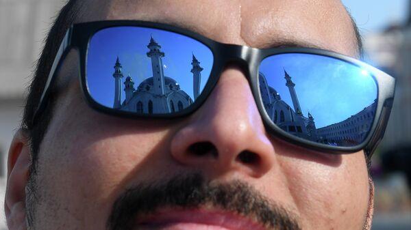 Верующий перед намазом в день праздника Ураза-байрам у мечети Кул-Шариф в Казани
