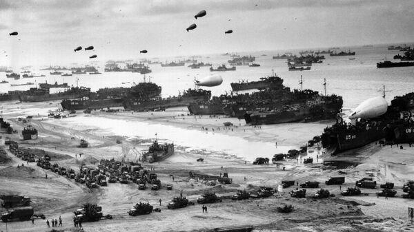 Высадка американских военные на десантном корабле на нормандский пляж Омаха во Франции. 6 июня 1944 года