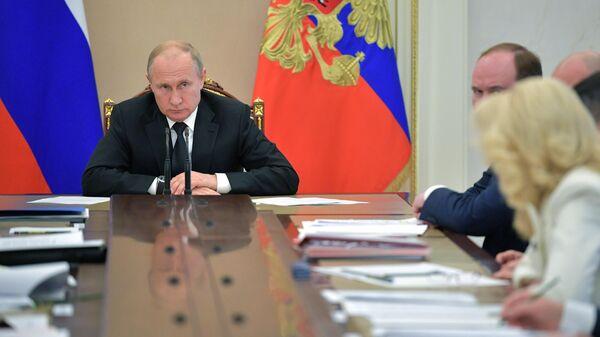 Президент РФ Владимир Путин во время совещания с членами правительства РФ. 4 июня 2019