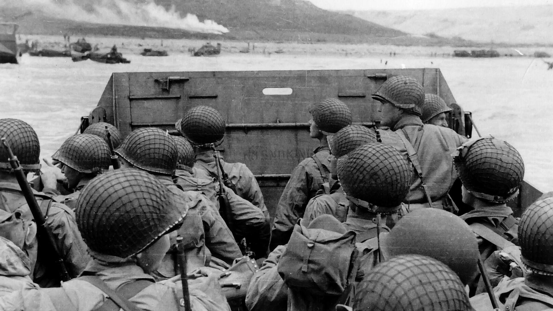 Высадка американских военных на десантном корабле на нормандский пляж Омаха во Франции. 6 июня 1944 - РИА Новости, 1920, 09.05.2021