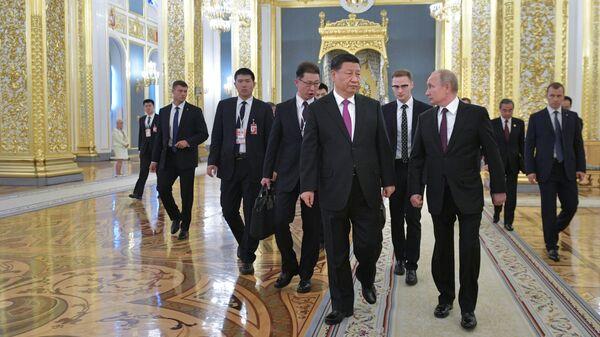 Президент РФ Владимир Путин и председатель КНР Си Цзиньпин перед началом российско-китайских переговоров в составе делегаций в Кремле