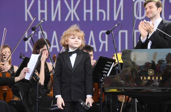 Пианист Елисей Мысин на церемонии открытия ежегодного книжного фестиваля на Красной площади в Москве