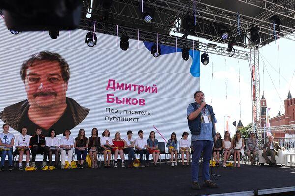 Писатель, публицист Дмитрий Быков выступает на церемонии награждения финалистов Всероссийского литературного конкурса для подростков Класс! в рамках книжного фестиваля на Красной площади в Москве