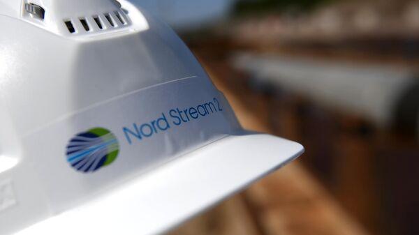 Каска рабочего на участке строительства газопровода Северный поток-2 в Ленинградской области