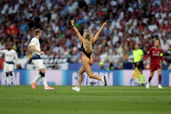 Болельщица выбежала на поле во время финала Лиги чемпионов