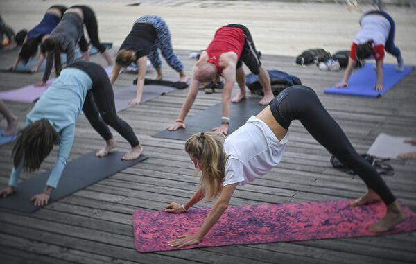 Участники проекта Йога в парках во время тренировки в парке искусств Музеон в Москве