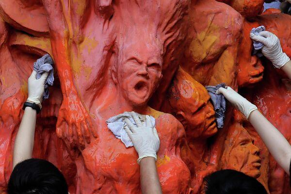 Студенты моют монумент, посвященный погибшим во время событий на площади Тяньаньмэнь в 1989 году
