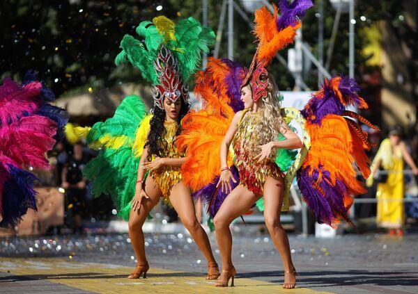 Участницы карнавального шествия в Геленджике в честь открытия нового курортного сезона