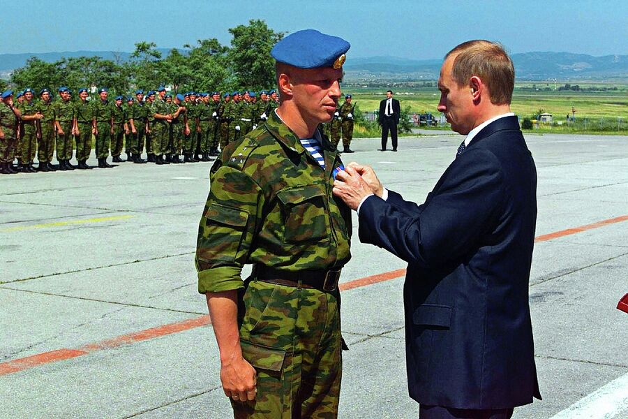 Владимир Путин посетил столицу Югославского края Косово Приштину, где встретился с российским воинским контингентом, находящимся здесь в рамках миротворческой операции ООН