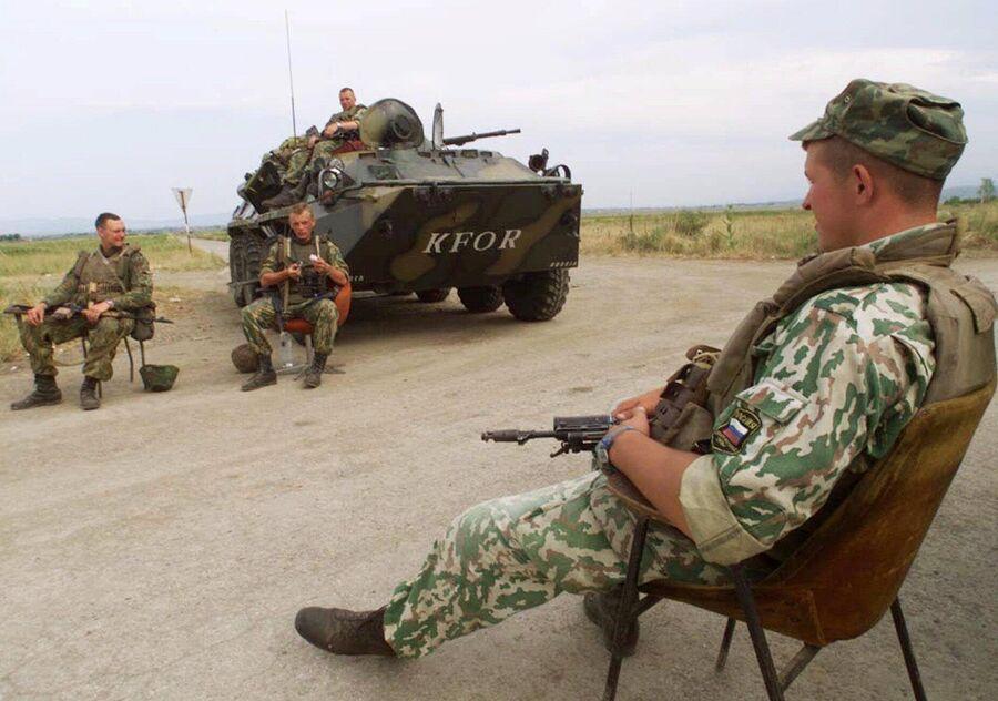 Российские военнослужащие на блокпосту возле аэропорта Приштины