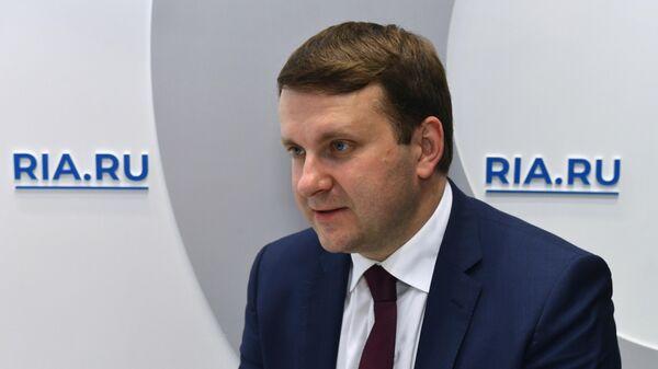 Министр экономического развития РФ Максим Орешкин на стенде МИА Россия сегодня в первый день ПМЭФ