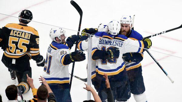 Хоккеисты Сент-Луиса радуются заброшенной шайбе в ворота Бостона