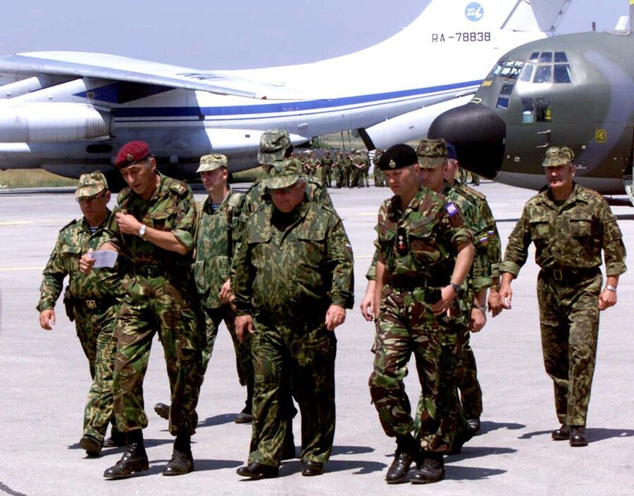 Командующий группировкой сил НАТО на Балканах генерал Майкл Джексон и российский генерал Виктор Заварзин в аэропорту Приштины
