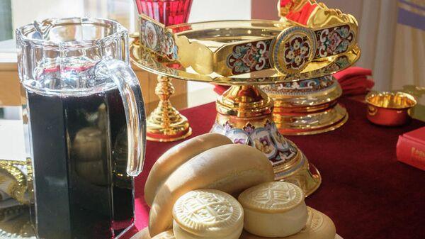 дискос, звездица, потир, вино, чаша, просфоры (освящение храма Ксении Блаженной в Петербурге)