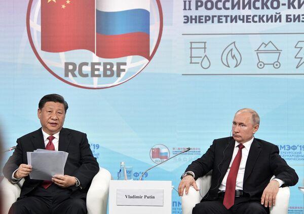 Президент РФ Владимир Путин и председатель Китайской Народной Республики (КНР) Си Цзиньпинь во время встречи с участниками Российско-китайского энергетического форума на полях Петербургского международного экономического форума 2019