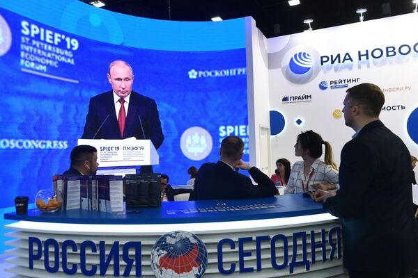 Участники Петербургского международного экономического форума (ПМЭФ-2019) на стенде МИА Россия сегодня в конгрессно-выставочном центре Экспофорум