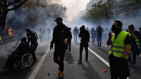 Демонстранты во время уличных беспорядков в Париже