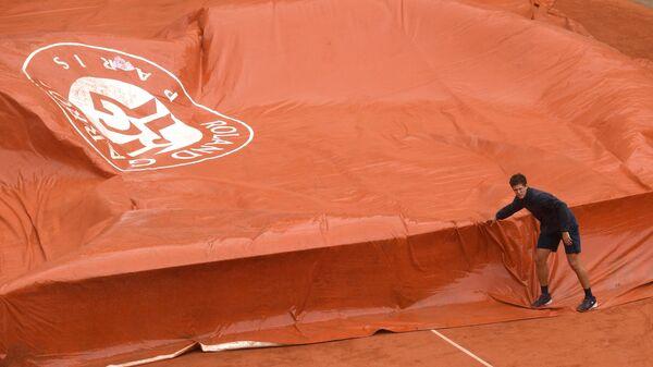 Остановка из-за дождя матча Ролан Гаррос между Новаком Джоковичем и Домиником Тимом
