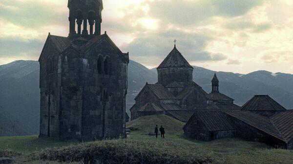 Ахпатский монастырь и колокольня в селе Ахпат на севере Армении в 10 км от города Алаверди