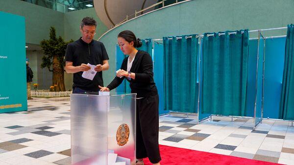 Люди голосуют на внеочередных выборах президента Казахстана во Дворце школьников в Нур-Султане. 9 июня 2019