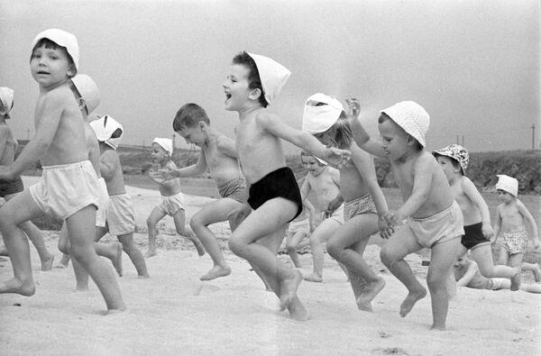 Воспитанники одного из детских садов на днепровском пляже. Украинская СССР