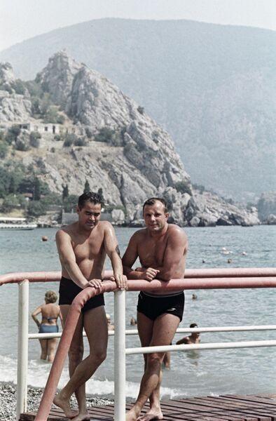 Летчики-космонавты СССР Андриян Николаев (слева) и Юрий Гагарин (справа) на отдыхе в Крыму