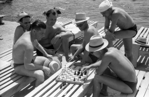Украинская ССР. Крымская область. На пляже ялтинского санатория Украина отдыхающие играют в шахматы