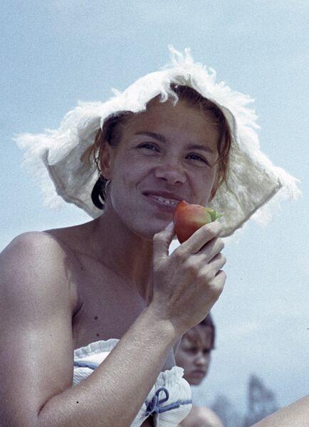 Советская гимнастка чемпионка СССР, Европы, мира и Олимпийских игр Лариса Латынина на отдыхе