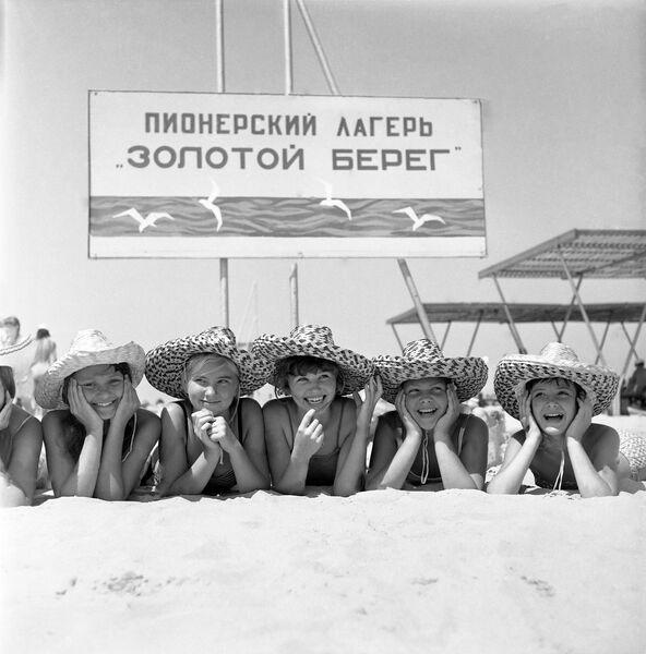 На пляже детского лагеря Золотой берег в Анапе
